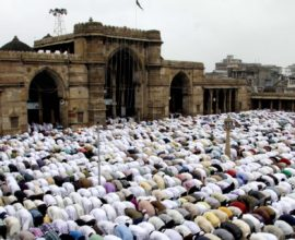 thousands of muslims are performing Namaz
